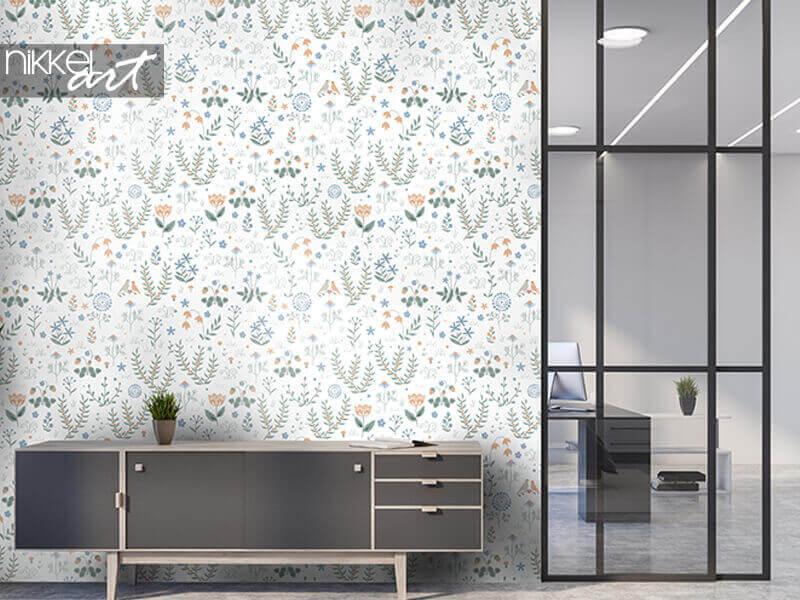 Papier peint motif floral sans soudure avec des plantes de prairie, des fleurs et des oiseaux