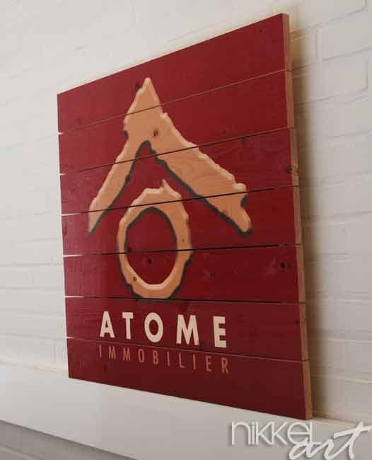 Photo sur bois avec logo de l entreprise Atome Immobilier