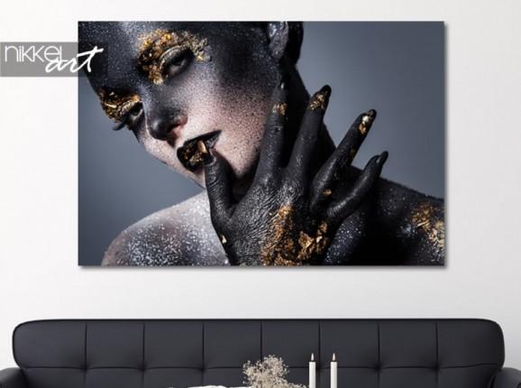 Portrait aux accents dorés sur aluminium